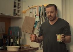 After Life : Tony dans la cuisine, donnant à manger au chien
