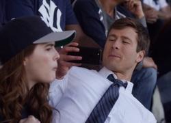 Charlie (Glenn Powell) et Harper (Zoey Deutch)