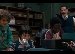 Mike, Lucas, Dustin et le professeur Clarke